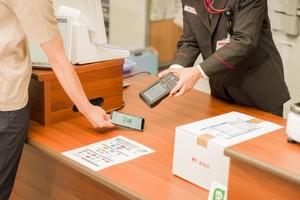 日本郵便は10月25日、2020年2月から導入する予定のキャッシュレス決済の詳細を発表した。(写真は、郵便窓口におけるキャッシュレス決済のイメージ。提供:日本郵便)