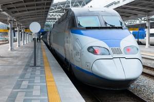 新幹線と中国高速鉄道を何かと比較する中国人は多いが、高速鉄道が存在するのは日本と中国だけではない。韓国にも2004年に営業運転を開始した高速鉄道「KTX」が存在する。(イメージ写真提供:123RF)